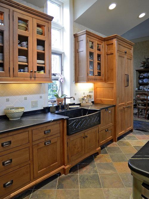Example of a classic kitchen design in cincinnati with a farmhouse