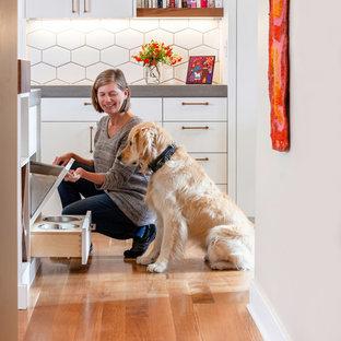 ポートランドの中サイズの北欧スタイルのおしゃれなキッチン (アンダーカウンターシンク、フラットパネル扉のキャビネット、白いキャビネット、コンクリートカウンター、白いキッチンパネル、セラミックタイルのキッチンパネル、パネルと同色の調理設備、無垢フローリング、茶色い床、グレーのキッチンカウンター) の写真