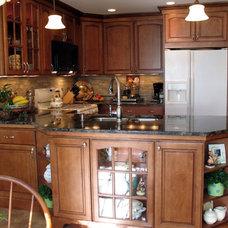 Traditional Kitchen by Tomlinson & Girt Bldg. Cont. LLC