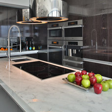 Modern Kitchen by R2 Construction Group