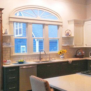 Mittelgroße Klassische Küche in L-Form mit Doppelwaschbecken, weißen Schränken, Quarzwerkstein-Arbeitsplatte, Küchenrückwand in Weiß, Rückwand aus Metrofliesen, Küchengeräten aus Edelstahl, Betonboden, Halbinsel und grünem Boden in Nashville