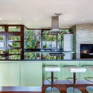 Неиссякаемый источник вдохновения для домашнего уюта: кухня в стиле ретро с плоскими фасадами, зелеными фасадами и островом