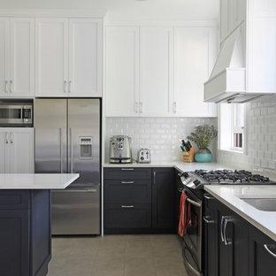 Foto di una cucina a L chic con lavello sottopiano, ante in stile shaker, ante bianche, paraspruzzi bianco, paraspruzzi con piastrelle diamantate e elettrodomestici in acciaio inossidabile