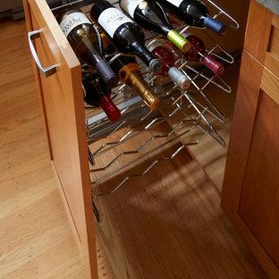サンフランシスコの大きいトランジショナルスタイルのおしゃれなキッチン (アンダーカウンターシンク、シェーカースタイル扉のキャビネット、中間色木目調キャビネット、ガラスカウンター、青いキッチンパネル、セラミックタイルのキッチンパネル、シルバーの調理設備の、淡色無垢フローリング、アイランドなし、茶色い床、グレーのキッチンカウンター) の写真