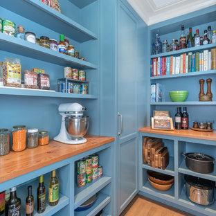 Klassische Küche mit blauen Schränken, Vorratsschrank, offenen Schränken, Arbeitsplatte aus Holz, braunem Holzboden, braunem Boden und brauner Arbeitsplatte in San Francisco