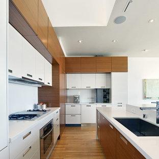 Modelo de cocina minimalista con armarios con paneles lisos