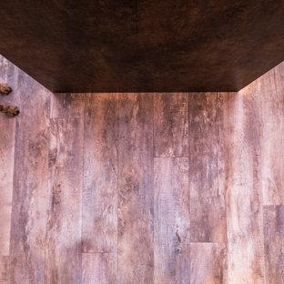 Große Moderne Wohnküche in L-Form mit Einbauwaschbecken, flächenbündigen Schrankfronten, Schränken im Used-Look, Quarzit-Arbeitsplatte, schwarzen Elektrogeräten, dunklem Holzboden, Kücheninsel, braunem Boden und weißer Arbeitsplatte in Hampshire