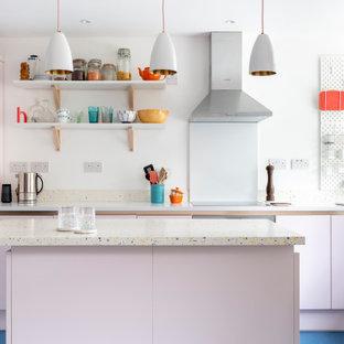 Nordische Küche mit flächenbündigen Schrankfronten, Arbeitsplatte aus Terrazzo, Küchenrückwand in Weiß, Kücheninsel, blauem Boden und bunter Arbeitsplatte in Sonstige