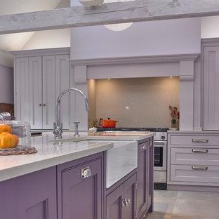チェシャーの大きいトラディショナルスタイルのおしゃれなキッチン (エプロンフロントシンク、落し込みパネル扉のキャビネット、紫のキャビネット、珪岩カウンター、ベージュキッチンパネル、シルバーの調理設備の、磁器タイルの床、ベージュの床、ベージュのキッチンカウンター) の写真