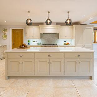 ハートフォードシャーの大きいカントリー風おしゃれなキッチン (一体型シンク、インセット扉のキャビネット、グレーのキャビネット、珪岩カウンター、グレーのキッチンパネル、ガラス板のキッチンパネル、シルバーの調理設備の、セラミックタイルの床、ベージュの床、白いキッチンカウンター) の写真