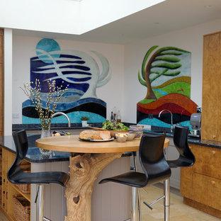 Modelo de cocina en U, bohemia, con armarios con paneles lisos, puertas de armario marrones, electrodomésticos de acero inoxidable, suelo de baldosas de terracota, una isla y suelo naranja