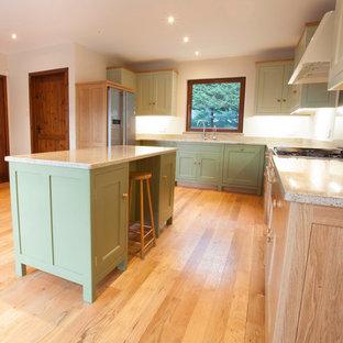 Неиссякаемый источник вдохновения для домашнего уюта: п-образная кухня в классическом стиле с обеденным столом, врезной раковиной, зелеными фасадами, столешницей из гранита, белым фартуком, фартуком из каменной плиты и цветной техникой