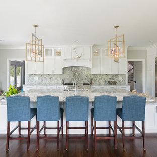 Свежая идея для дизайна: кухня в морском стиле с врезной раковиной, фасадами в стиле шейкер, белыми фасадами, разноцветным фартуком, фартуком из каменной плиты, техникой из нержавеющей стали, темным паркетным полом, островом и разноцветной столешницей - отличное фото интерьера
