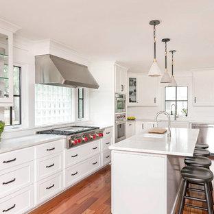 チャールストンのトランジショナルスタイルのおしゃれなキッチン (ダブルシンク、シェーカースタイル扉のキャビネット、白いキャビネット、白いキッチンパネル、木材のキッチンパネル、シルバーの調理設備の、無垢フローリング、茶色い床、白いキッチンカウンター) の写真
