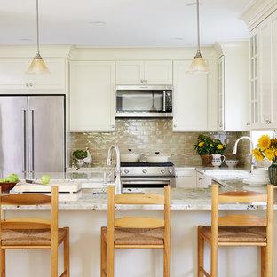 Imagen de cocina en U, clásica, con fregadero sobremueble, armarios estilo shaker, puertas de armario beige, salpicadero beige, salpicadero de azulejos tipo metro, electrodomésticos de acero inoxidable, suelo de madera en tonos medios y península