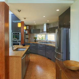 Inspiration för stora moderna linjära kök med öppen planlösning, med en undermonterad diskho, släta luckor, grå skåp, träbänkskiva, rostfria vitvaror, korkgolv, en köksö och brunt golv