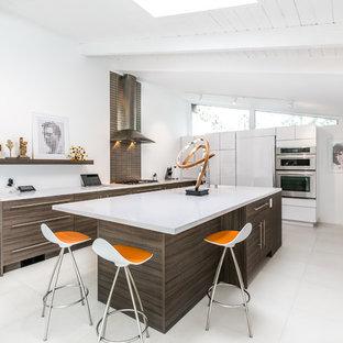 Новые идеи обустройства дома: п-образная кухня в стиле ретро с плоскими фасадами, техникой из нержавеющей стали и островом
