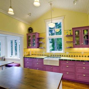 シアトルのエクレクティックスタイルのおしゃれなキッチン (エプロンフロントシンク、シェーカースタイル扉のキャビネット、タイルカウンター、黄色いキッチンパネル、サブウェイタイルのキッチンパネル) の写真