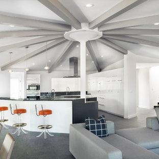 Inspiration för ett retro kök med öppen planlösning, med släta luckor och vita skåp