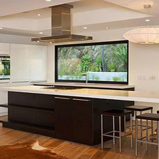 Modern Kitchen by Hollywood Sierra Kitchens