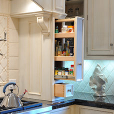 traditional kitchen by Hollywood Sierra Kitchens, Inc.