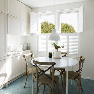Exempel på ett mellanstort modernt kök, med en nedsänkt diskho, luckor med profilerade fronter, skåp i ljust trä, bänkskiva i betong, vitt stänkskydd, stänkskydd i cementkakel, rostfria vitvaror, cementgolv och blått golv