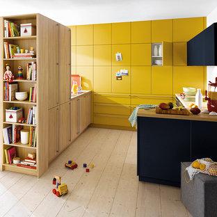 サリーの小さいモダンスタイルのおしゃれなキッチン (フラットパネル扉のキャビネット、黄色いキャビネット、ラミネートカウンター、淡色無垢フローリング) の写真