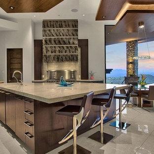 フェニックスのサンタフェスタイルのおしゃれなキッチン (フラットパネル扉のキャビネット、濃色木目調キャビネット、シルバーの調理設備の、グレーの床、グレーのキッチンカウンター) の写真
