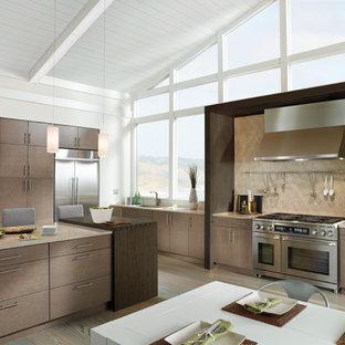 Exempel på ett modernt linjärt kök och matrum, med släta luckor, bruna skåp, beige stänkskydd, rostfria vitvaror, stänkskydd i stenkakel, en undermonterad diskho, bänkskiva i kvarts, klinkergolv i porslin och en köksö