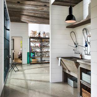 Exempel på ett litet modernt linjärt kök, med en dubbel diskho, öppna hyllor, skåp i slitet trä, bänkskiva i zink, vitt stänkskydd, stänkskydd i trä, betonggolv och grått golv