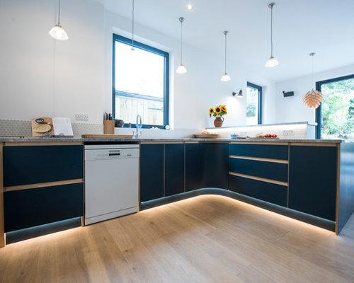 cuisine avec des portes de placard bleues et un plan de travail en zinc photos et id es d co. Black Bedroom Furniture Sets. Home Design Ideas