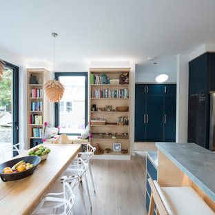 Ejemplo de cocina actual, grande, con armarios con paneles lisos, puertas de armario azules, encimera de zinc, salpicadero beige y suelo de madera clara