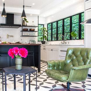 Exempel på ett stort klassiskt kök och matrum, med en enkel diskho, skåp i shakerstil, grå skåp, marmorbänkskiva, vitt stänkskydd, stänkskydd i keramik, svarta vitvaror, cementgolv, en köksö och svart golv