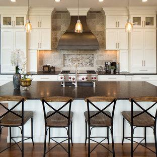 Klassische Küche mit Granit-Arbeitsplatte, Unterbauwaschbecken, Schrankfronten im Shaker-Stil, weißen Schränken, Küchenrückwand in Grau, Küchengeräten aus Edelstahl und Kücheninsel in Minneapolis