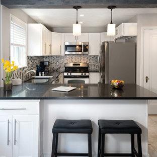 他の地域の小さいモダンスタイルのおしゃれなキッチン (アンダーカウンターシンク、シェーカースタイル扉のキャビネット、白いキャビネット、クオーツストーンカウンター、グレーのキッチンパネル、大理石の床、シルバーの調理設備の、セラミックタイルの床、グレーの床) の写真