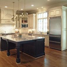 Traditional Kitchen by Distinctive Designs Inc. Kitchen & Baths
