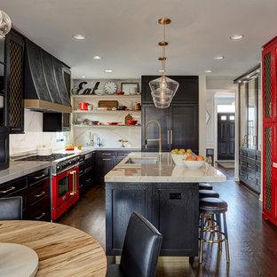 Immagine di una grande cucina chic con lavello sottopiano, ante nere, top in quarzite, paraspruzzi bianco, elettrodomestici colorati, parquet scuro, isola, ante con riquadro incassato, paraspruzzi in lastra di pietra, pavimento marrone e top beige