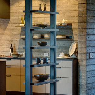 サンフランシスコの大きいカントリー風おしゃれなキッチン (アンダーカウンターシンク、フラットパネル扉のキャビネット、濃色木目調キャビネット、人工大理石カウンター、グレーのキッチンパネル、コンクリートの床) の写真