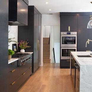 Inspiration för mycket stora moderna vitt l-kök, med en undermonterad diskho, släta luckor, svarta skåp, marmorbänkskiva, vitt stänkskydd, stänkskydd i marmor, rostfria vitvaror, ljust trägolv, en köksö och brunt golv
