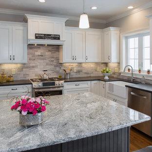 Mittelgroße Moderne Wohnküche in L-Form mit Landhausspüle, Schrankfronten im Shaker-Stil, weißen Schränken, Granit-Arbeitsplatte, bunter Rückwand, Rückwand aus Porzellanfliesen, Küchengeräten aus Edelstahl, braunem Holzboden und Kücheninsel in Boston