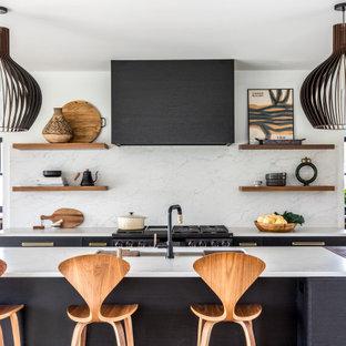 Moderne Küche mit Unterbauwaschbecken, Küchenrückwand in Weiß, Rückwand aus Stein, Kücheninsel und weißer Arbeitsplatte in Portland Maine
