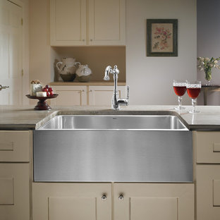 Transitional kitchen remodeling - Example of a transitional kitchen design in Philadelphia