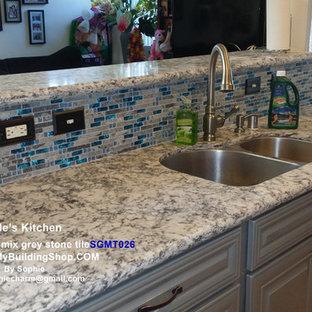 Zweizeilige, Mittelgroße Moderne Küche mit Vorratsschrank, Doppelwaschbecken, flächenbündigen Schrankfronten, weißen Schränken, Arbeitsplatte aus Fliesen, Küchenrückwand in Blau, Rückwand aus Mosaikfliesen, bunten Elektrogeräten, Backsteinboden und Kücheninsel in Sonstige