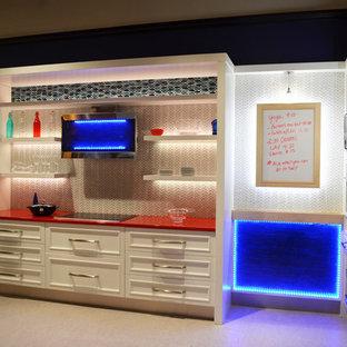 Geschlossene, Mittelgroße Moderne Küche ohne Insel in L-Form mit Schrankfronten mit vertiefter Füllung, weißen Schränken, Mineralwerkstoff-Arbeitsplatte, Küchenrückwand in Weiß, Rückwand aus Glasfliesen, Küchengeräten aus Edelstahl, Vinylboden und roter Arbeitsplatte in Boston