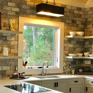 アトランタの中サイズのカントリー風おしゃれなキッチン (アンダーカウンターシンク、シェーカースタイル扉のキャビネット、白いキャビネット、クオーツストーンカウンター、マルチカラーのキッチンパネル、磁器タイルのキッチンパネル、シルバーの調理設備の、クッションフロア、マルチカラーの床、マルチカラーのキッチンカウンター) の写真