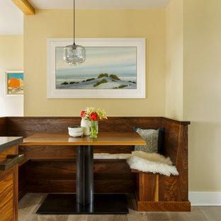 Imagen de cocina comedor ecléctica con suelo de madera clara