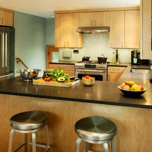 Mittelgroße Mid-Century Wohnküche in U-Form mit Unterbauwaschbecken, hellen Holzschränken, Küchenrückwand in Blau, Rückwand aus Metrofliesen, Küchengeräten aus Edelstahl, Korkboden und Halbinsel in Seattle