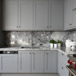 ロンドンの大きいエクレクティックスタイルのおしゃれなキッチン (一体型シンク、落し込みパネル扉のキャビネット、青いキャビネット、大理石カウンター、グレーのキッチンパネル、大理石のキッチンパネル、シルバーの調理設備、淡色無垢フローリング、茶色い床、グレーのキッチンカウンター) の写真