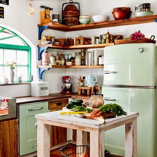 Идея дизайна: маленькая угловая кухня в стиле кантри с раковиной в стиле кантри, открытыми фасадами, фасадами цвета дерева среднего тона, столешницей из дерева, белым фартуком, цветной техникой, полом из терракотовой плитки, островом и оранжевым полом
