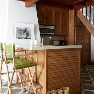 Idee per una cucina a L al mare con ante a persiana, ante in legno scuro, elettrodomestici in acciaio inossidabile e una penisola